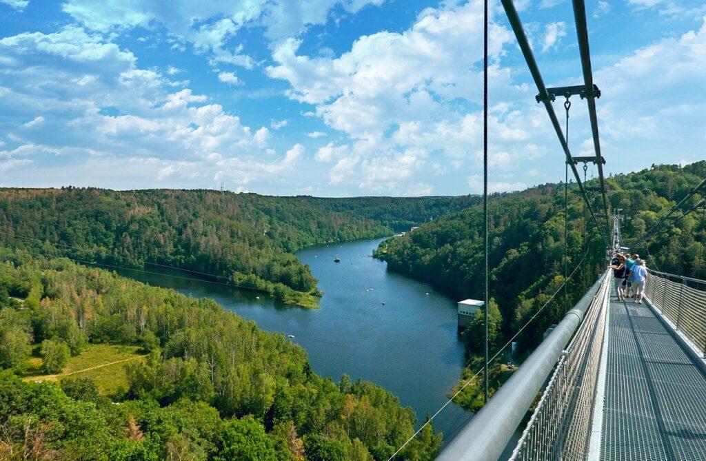 suspension-bridge-4438719_1280-1024x669